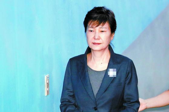 박근혜 전 대통령이 2017년 6월 서울중앙지법에서 열린 재판에 출석하기 위해 법정으로 향하고 있다. [연합뉴스]