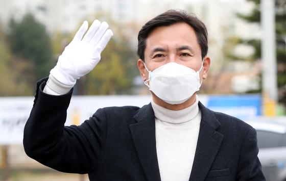 제21대 국회의원 선거에서 떨어진 미래통합당 김진태 의원이 17일 오전 강원 춘천시 퇴계사거리에서 낙선 인사를 하고 있다. 연합뉴스