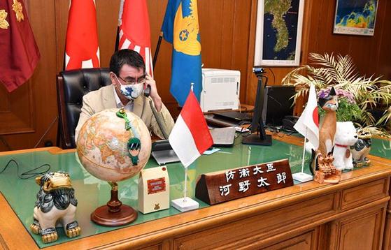 고노 다로 일본 방위상이 지난 19일 트위터에 올린 집무실 사진 오른쪽 위쪽에 한반도 지도가 포착됐다. [고노 다로 트위터]