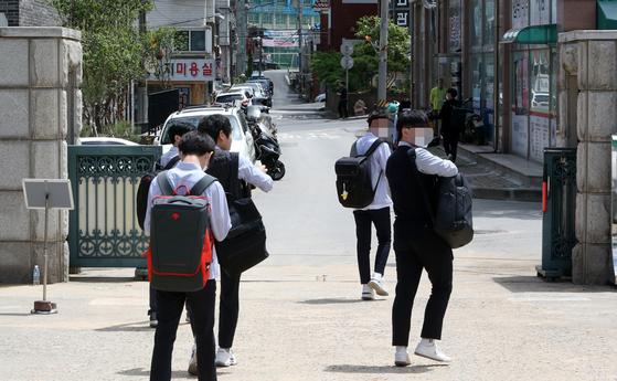 20일 오전 인천광역시 남동구 한 고등학교에서 긴급 귀가 조치에 따라 학생들이 귀가하고 있다.   연합뉴스