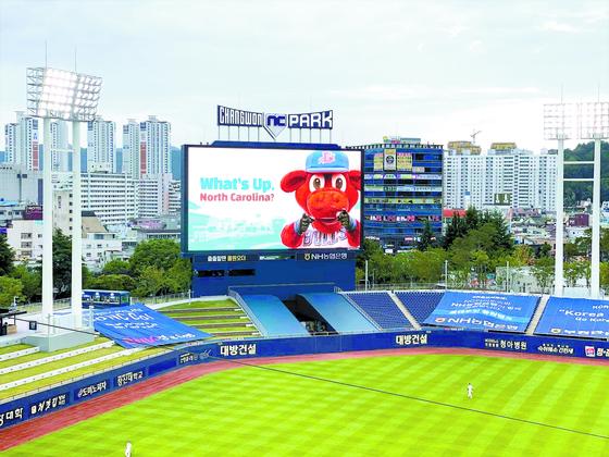 지난 8일 홈 개막전에서 NC 야구단이 전광판을 통해 더럼 불스의 캐릭터를 내보내며 노스캐롤 라이나 팬들에게 인사했다. [사진 더램 불스 SNS]