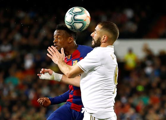 엘 클라시코에서 볼을 다투는 레알 벤제마(오른쪽)와 바르셀로나 세메도. [로이터=연합뉴스]