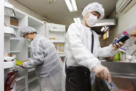 급식 조리실의 위생상태를 점검하는 모습의 자료사진. 뉴스1