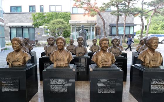 19일 오후 경기도 광주시 퇴촌면 '나눔의 집'에 먼저 세상을 떠난 할머니들의 흉상이 세워져 있다. 뉴스1