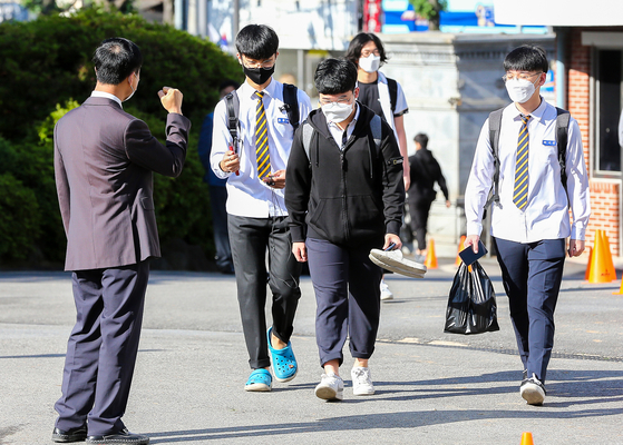 광주광역시 동구 광주고등학교 3학년 학생들이 코로나19 사태 이후 80일만에 첫 등굣길에 나선 20일 선생님과 인사를 나누고 있다. 광주-프리랜서 장정필