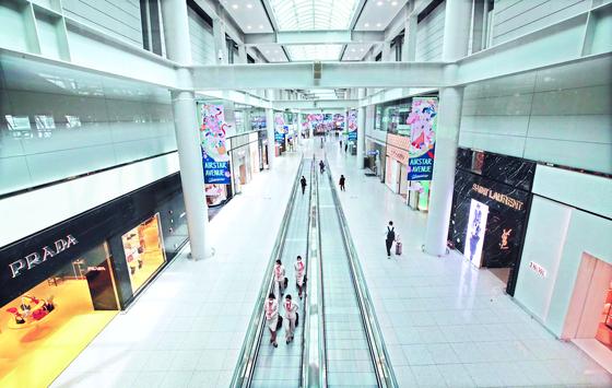 코로나19 여파로 지난달 22일 오전 인천국제공항 면세점이 한산한 모습이다. [연합뉴스]