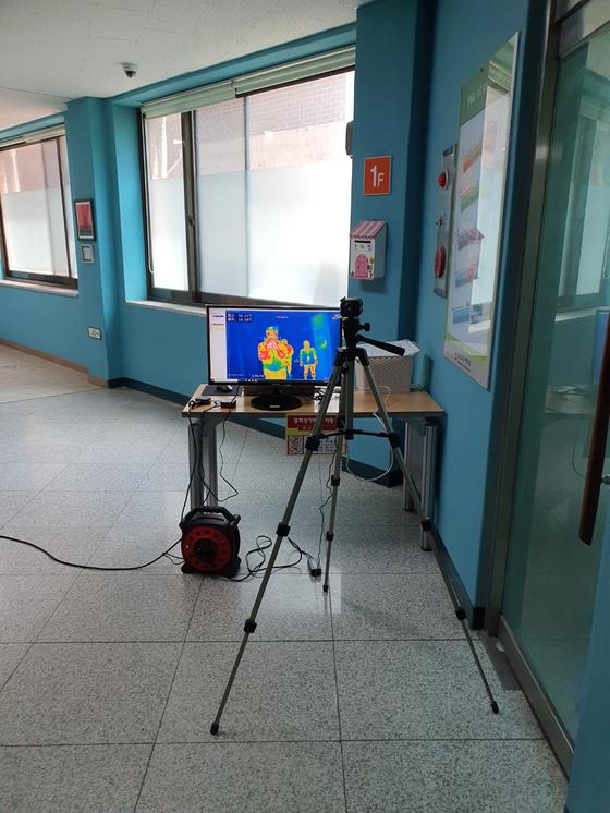 강북구는 순차 개학에 대비하기 위해 각 학교에 열화상 카메라 등을 설치했다. 사진은 창문여중에 설치한 열화상 카메라. [사진 강북구]