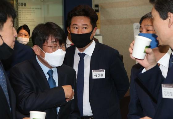 더불어민주당 이규민 당선자(가운데)가 20일 서울 여의도 국회 헌정기념관에서 열린 21대 초선 국회의원 의정연찬회에 참석해 이야기하고 있다. 오종택 기자