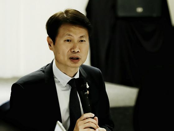 """김강립 보건복지부 차관이 20일 열린 오찬 브리핑에서 발언하고 있다. 그는 """"코로나19는 가장 교활한 바이러스""""라고 경고했다. [제공 보건복지부]"""
