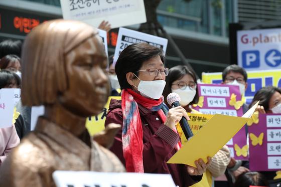 20일 오후 서울 종로구 옛 일본대사관 앞에서 열린 제1440차 일본군 '위안부' 문제해결을 위한 수요집회에서 한국염 정의기억연대 운영위원이 '초기운동선배들의 입장문'을 발표하고 있다. 우상조 기자