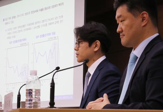 정규철 KDI경제전망실장(오른쪽)이 19일 상반기 KDI 경제전망 사전 브리핑을 하고 있다. 연합뉴스