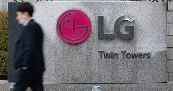 서울 영등포구 여의동에 위치한 LG 트윈타워 앞 LG로고. [뉴스1]