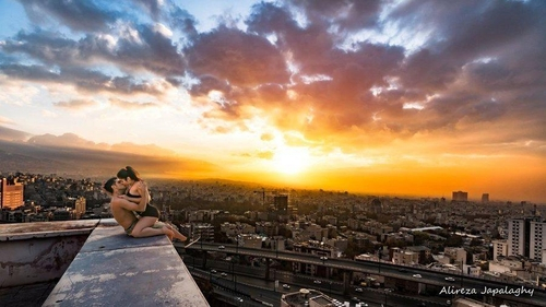 이란 남성 알리레자 자팔라기가 SNS에 올린 연인과 옥상에서 입맞춤하는 사진. 알리레자 자팔라기 인스타그램 캡처