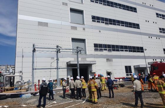 지난 19일 폭발사고가 발생해 직원 1명이 숨지고 2명이 다친 LG화학 대산공장. 사고가 발생하지 경찰과 소방 당국이 현장을 조사하고 있다. 연합뉴스