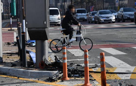 지난 1월 세종시 보람초등학교 앞 도로에 전날 발생한 교통사고로 생긴 잔해물이 흩어져 있다. 연합뉴스