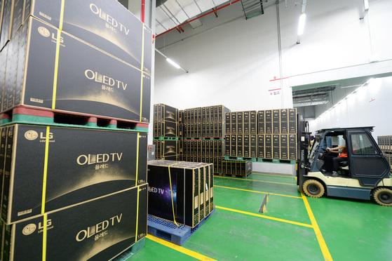 LG전자 구미사업장에서 생산돼 출고를 기다리고 있는 LG의 '올레드 TV'. [중앙포토]