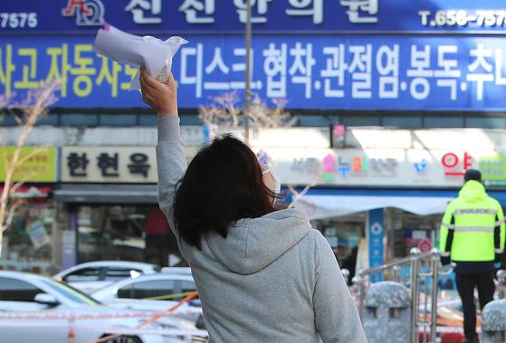 계명대 대구동산병원에서 코로나19 확진으로 입원 치료를 받던 여성이 완치 후 퇴원하는 길에 하늘을 향해 손을 흔들며 기쁨을 표현하고 있다. 뉴스1