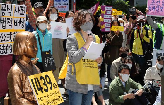 이나영 정의기억연대 이사장이 13일 서울 종로구 옛 주한 일본대사관 앞에서 열린 일본군 위안부 문제 해결을 촉구하는 수요시위에서 발언하고 있다. 김상선 기자