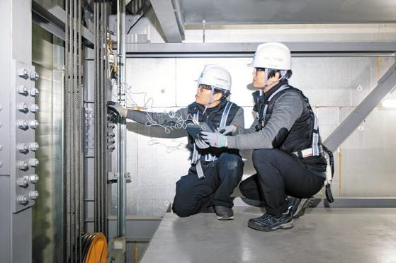 한국교통안전공단은 노후한 기계식주차장치의 기계결함에 의한 사고를 막기 위한 정밀안전검사를 시행하고 있다. 사진은 기계식주차장에서 안전검사를 하는 모습. [사진 한국교통안전공단]