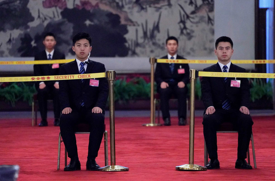 중국은 21일부터 약 일주일 간의 연례 정치 행사인 양회(兩會)에 돌입한다. 이 기간 보안이 강화되며 인터넷 또한 접속이 잘 안 되는 경우가 많다. 사진은 인민대회당의 보안 요원들 모습. [로이터=연합뉴스]