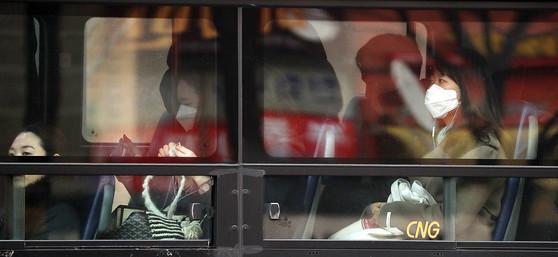 마스크를 쓴채 버스를 타고 출근하고 있는 시민들. 뉴시스