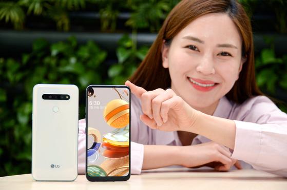 LG전자는 30만원대 보급형 스마트폰인 LG Q61을 29일 출시한다. 〈LG전자 제공〉