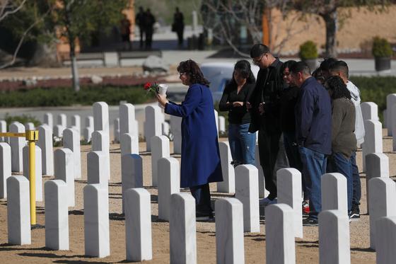코로나19로 사망한 한 미군의 장례식 모습. [로이터=연합뉴스]
