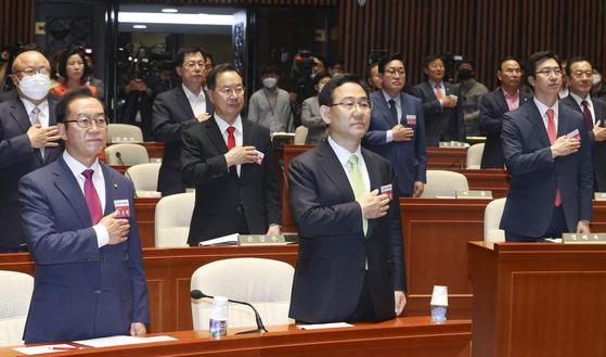 주호영 미래통합당 원내대표(앞줄 오른쪽), 이종배 정책위의장 등 당선인들이 21일 국회에서 열린 당선인 워크숍에서 국민의례를 하고 있다. 임현동 기자