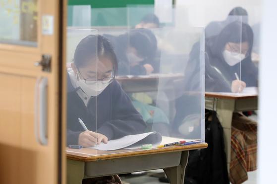 21일 오전 대구여고 3학년 교실에서 고3 학생들이 올해 첫 대학수학능력시험 모의평가를 치르고 있다. 책상에는 신종 코로나바이러스 감염증(코로나19) 예방을 위한 칸막이가 설치돼 있다.뉴스1