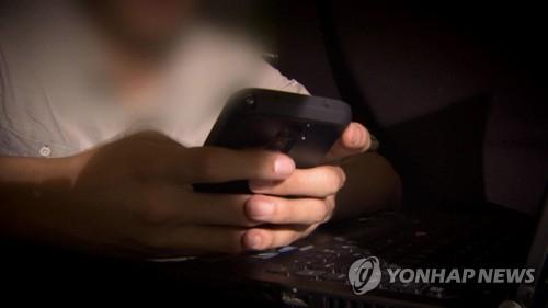 21일 여성가족부가 발표한 '2019년 성폭력안전실태조사'에 따르면 불법촬영 유포 피해자 10명 중 2명은 미성년 때 이런 피해를 경험한 것으로 나타났다.[연합뉴스TV]