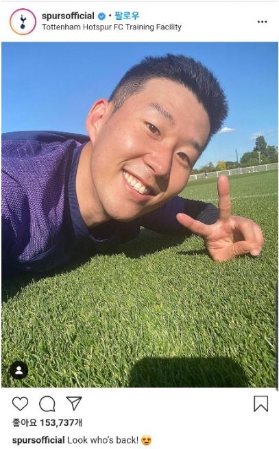 토트넘이 인스타그램을 통해 손흥민의 팀 복귀를 알렸다. 손흥민이 훈련장에 누워 V자를 그리며 환하게 웃는 사진을 함께 올렸다. [사진 토트넘 인스타그램]
