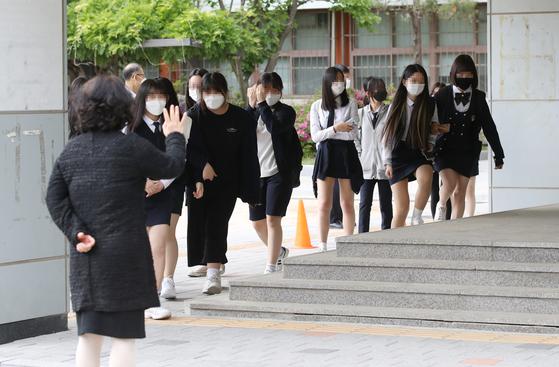 고등학교 3학년 등교 첫날인 20일 오후 서울 시내 한 고등학교에서 고3 학생들이 수업을 마친 뒤 하교하고 있다. 연합뉴스