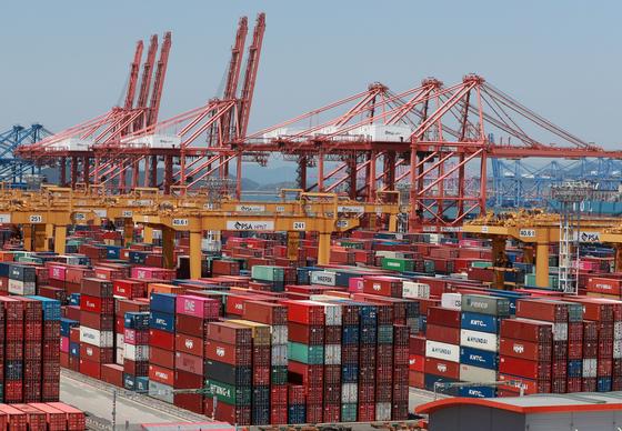 이달 1~20일 수출이 전년 대비 20.3% 줄었다. 지난 13일 우리나라 수출의 관문 부산 신항의 모습. 연합