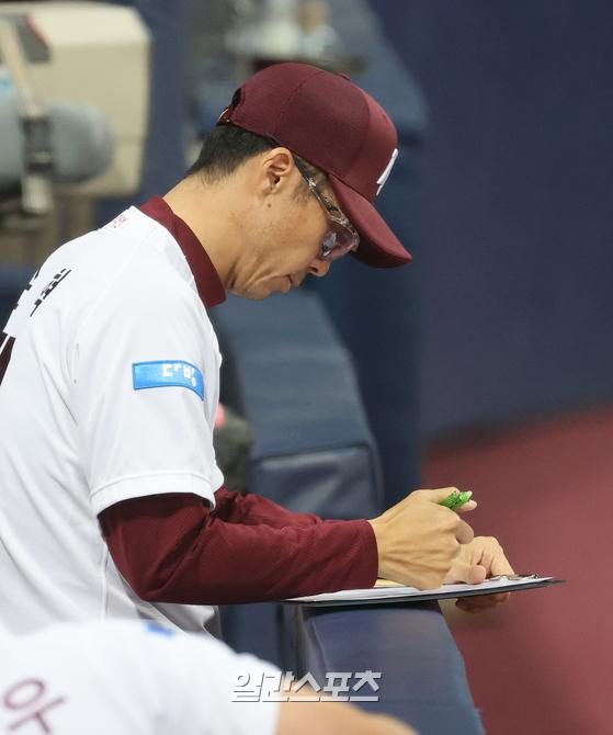 손혁 감독은 1~4번 타순을 바꾸지 않는다. 서건창, 김하성, 이정후, 박병호까지는 고정이다. 하지만 5번 타순에 대한 고민이 계속되고 있다. 5번 타순 타율이 리그에서 가장 낮다. IS 포토