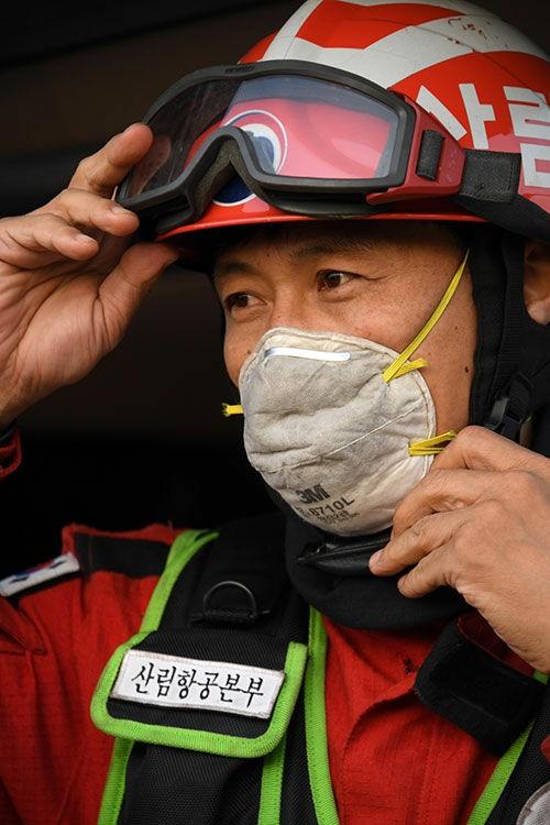 김세동 산림청 공중진화대원이 고성 산불 현장에서 헬멧을 고쳐쓰고 있다. 산림청