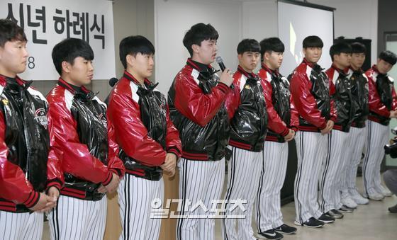 프로야구 LG트윈스의 신년 하례식이 1월 8일 오후 서울 잠실야구장에서 열렸다. 신인선수 소개에서 이민호가 선수들을 대표해서 소감을 밝히고 있다.