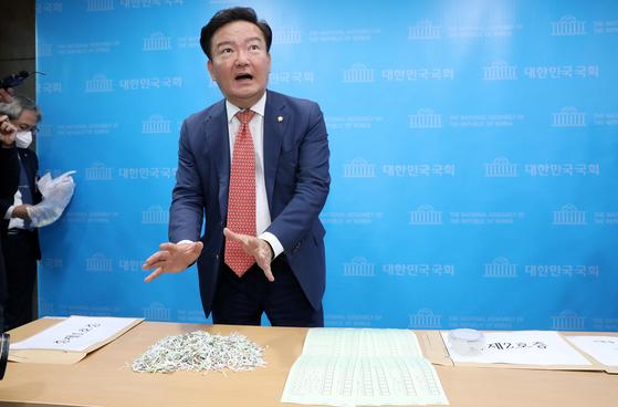 민경욱 미래통합당 의원이 21일 오후 서울 여의도 국회 소통관에서 투표용지를 보이며 총선 부정선거 의혹을 제기하는 기자회견을 하고 있다. [뉴스1]