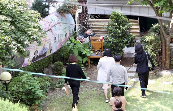 검찰 관계자들과 정의연 관계자들이 21일 오후 기부금 횡령 의혹 등에 휩싸인 정의기억연대(정의연) 수사의 일환으로 피해자 할머니들의 쉼터인 서울 마포구 평화의 우리집으로 들어서고 있다. 뉴시스