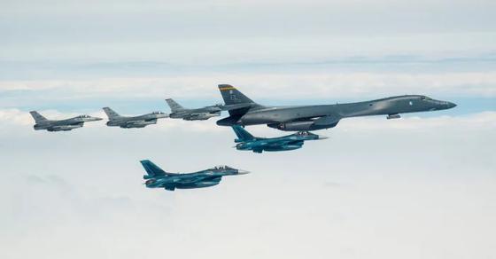 지난달 22일 미 본토에서 날아온 B-1B 1대가 미국 공군의 F-16과 일본 항공자위대 전투기인 F-2 편대의 호위를 받고 있다. 당시 B-1B는 동해를 거쳐 일본 미사와 인근 폭격 훈련장까지 간 뒤 다시 본토로 돌아갔다. 모두 29시간의 왕복비행이었다. 미 공군 6대, 일본 항공자위대의 F-2 7대, F-15 8대가 B-1B를 엄호했다.  [사진 미 공군]