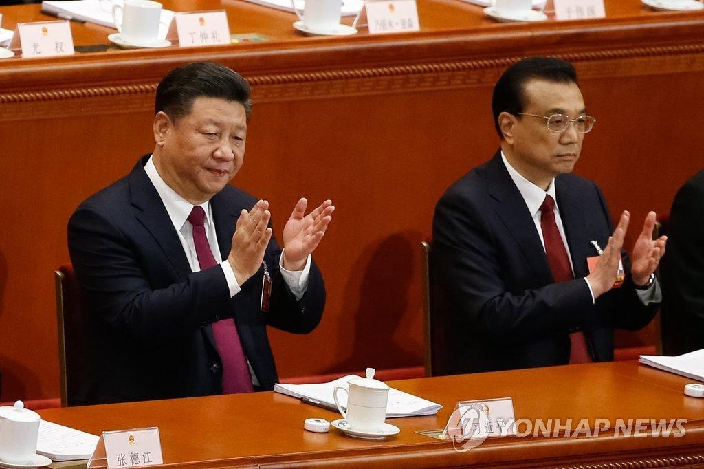중국의 시진핑 국가주석(왼쪽)과 리커창 총리가 5일(현지시간) 베이징 인민대회당에서 열린 전국인민대표대회(전인대) 개막식에서 박수를 치고 있다. EPA=연합뉴스