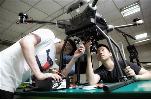 한국항공대 학생들이 드론 제작 관련 실습을 하고 있다.