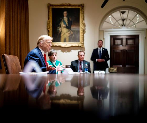 트럼프 대통령이 20일 백악관에서 아칸소·캔자스 주지사와 이야기하고 있다. [EPA=연합뉴스]
