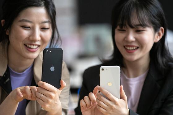 서울 세종대로 광화문 KT 스퀘어에서 시민들이 아이폰SE 2세대 제품을 살펴보고 있다. 뉴스1