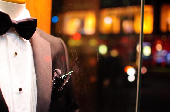 턱시도는 연미복보다 길이가 짧고 카라 부분을 공단으로 해서 고급스러워 보인다. 어깨 부분에 보강재가 들어간 것은 파티용이고 안 들어간 것은 댄스용이다. [사진 Pixabay]
