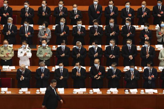 시진핑 중국 국가주석이 22일 전국인민대표대회 위원들의 박수 속에 입장하고 있다. 시 주석만 마스크를 쓰지 않은 게 눈에 띈다. [AP=연합뉴스]
