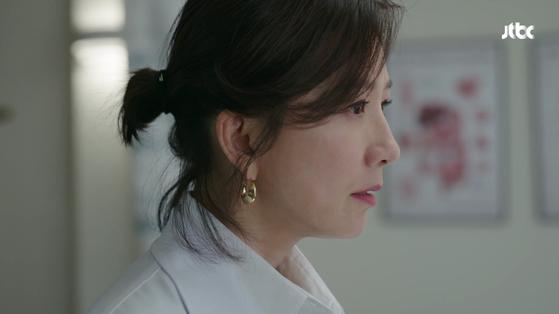 드라마 '부부의 세계'에서 이에르로르 귀고리를 한 지선우(김희애). JTBC 캡처