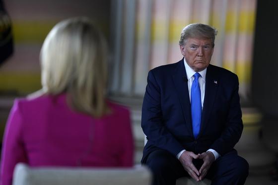 도널드 트럼프 미국 대통령이 지난 3일 워싱턴 DC 링컨기념관에서 폭스뉴스와 인터뷰를 하고 있다.[AP=연합뉴스]
