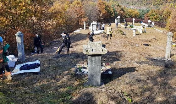 지난해 11월 충북 진천군 초평면 선산에서 시제 도중 한 남성이 종중원에게 인화 물질을 뿌리고 불을 붙여 3명이 숨지고 7명이 화상을 입었다. 경찰이 현장 감식 하는 모습. 연합뉴스