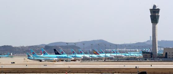 지난 3~4월 국제선 이용객이 95% 감소했다. 날지 못하는 비행기들이 공항에 서 있는 모습. [뉴스1]