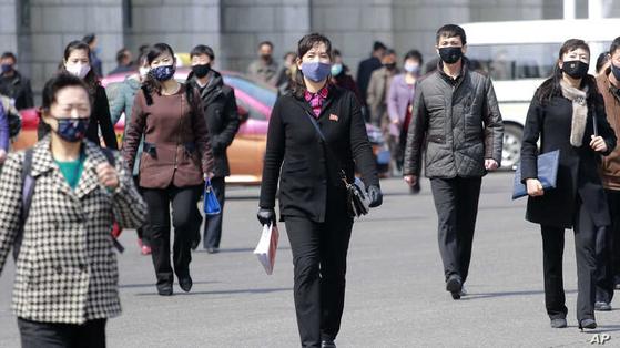 북한이 코로나 19 확진 환자가 없다고 주장하는 가운데 평양 주민들이 마스크를 착용한 채 걸어가고 있다. 사진은 지난 4월 1일 평양의 풍경. [사진 연합=AP]